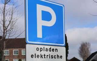 Bord E04 Parkeren met onderbord opladen elektrische voertuigen