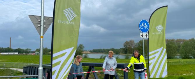 Wethouder Carla Koers van Zevenaar opent het nieuwe circulaire fietspad …